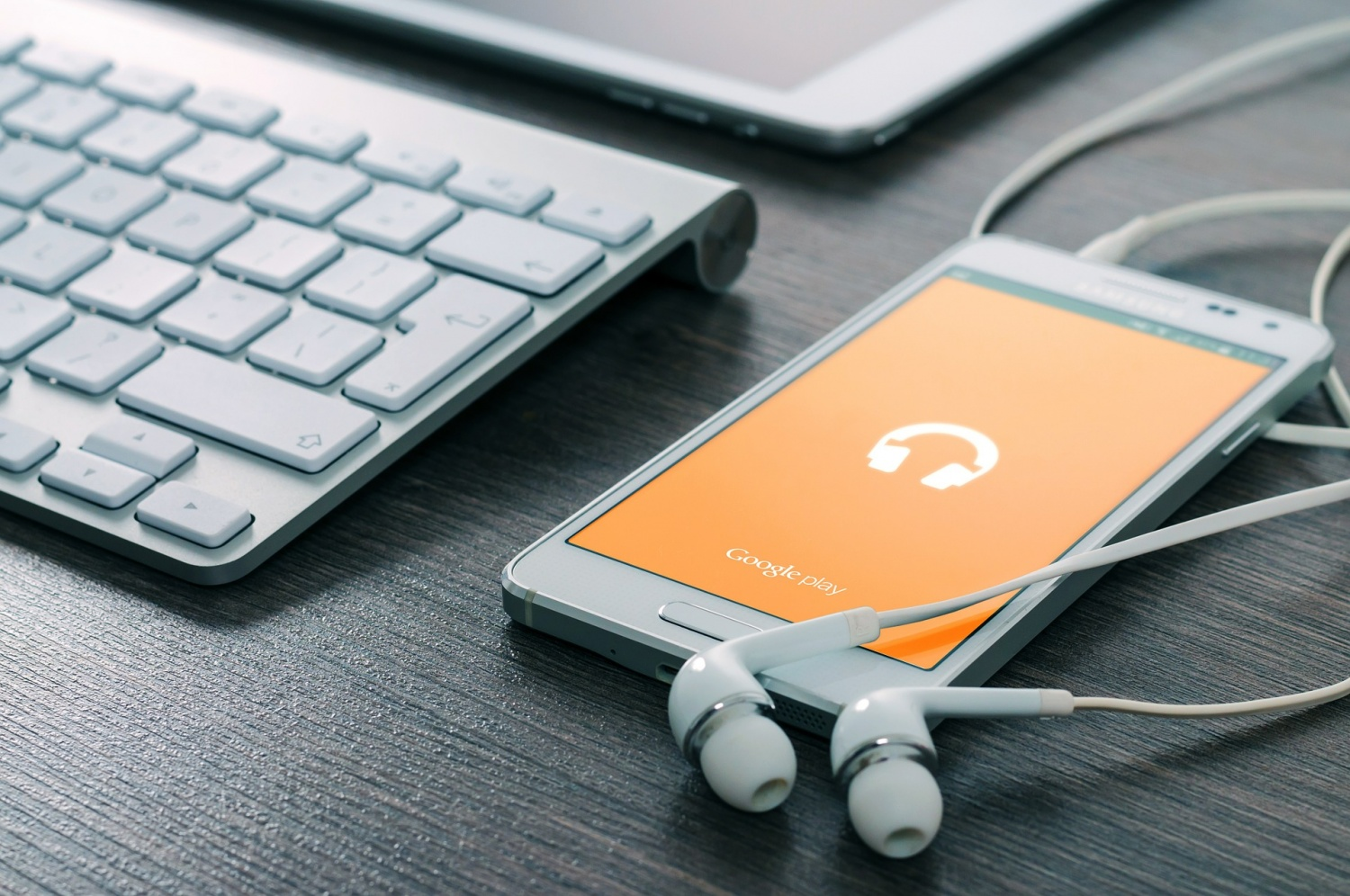 Streaming Tracks: How AI is Enhancing Your Listening Experience