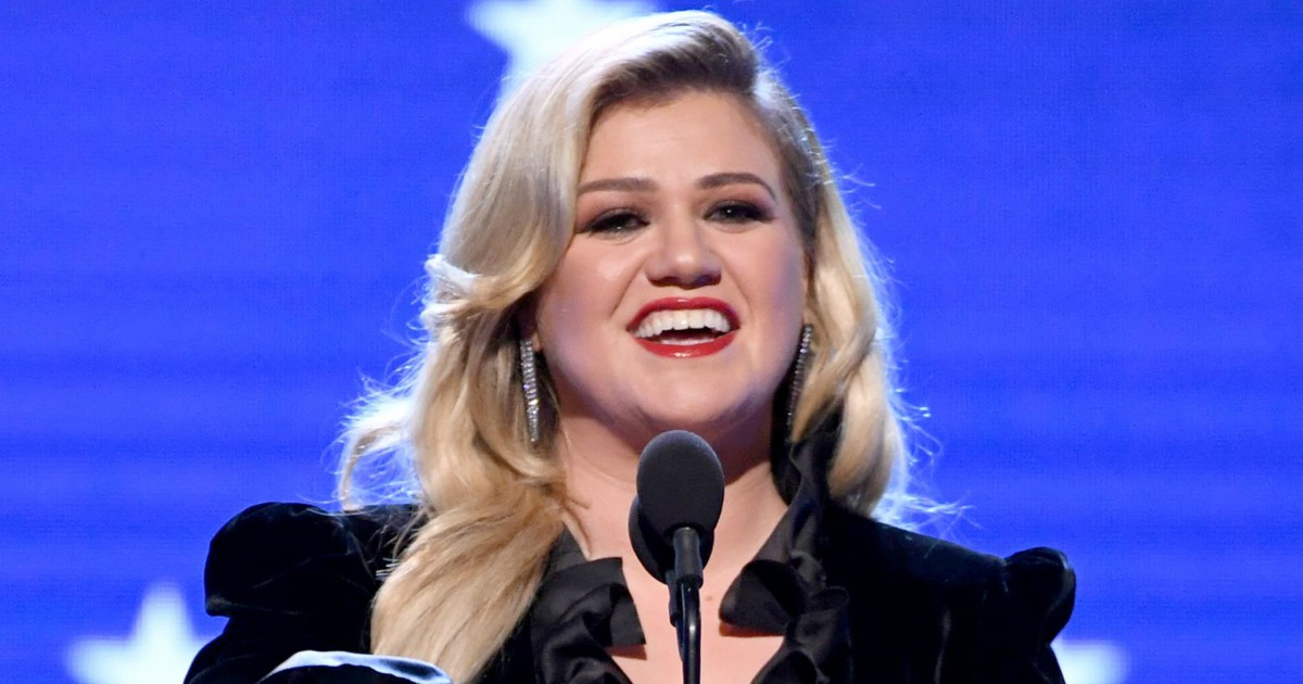 """Kelly Clarkson Claps Back At Hater Who Says Her Marriage """"Didn't Work"""" Because of Her Schedule"""