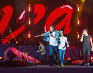 One Direction perform, 2015