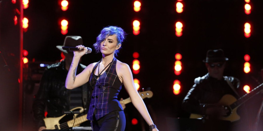 Ellie Lawrence performs on 'The Voice' season 9