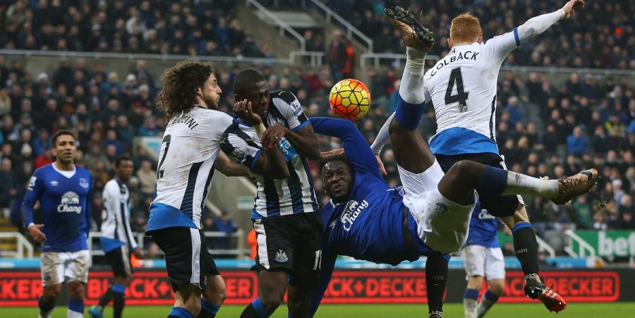 Romelu Lukaku of Everton attempts an over head kick during the Barclays Premier League match between Newcastle and Everton at St James Park on December 26, 2015 in Newcastle, England.