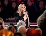 """Kelly Clarkson's version of """"The Climb"""" amazed the fans"""
